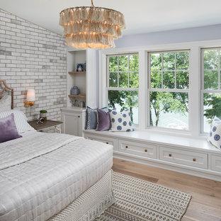 Imagen de dormitorio infantil marinero con paredes púrpuras y suelo de madera clara