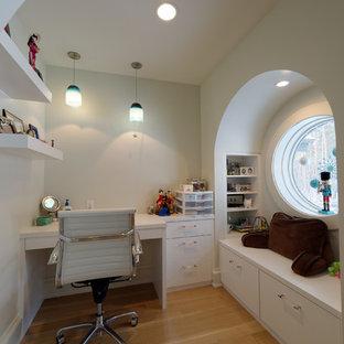 Foto di una cameretta per bambini da 4 a 10 anni american style di medie dimensioni con pareti bianche, parquet chiaro e pavimento beige