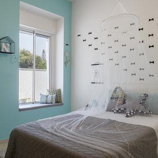 Ejemplo de dormitorio infantil de 4 a 10 años, minimalista, grande, con paredes azules, suelo de baldosas de cerámica y suelo gris