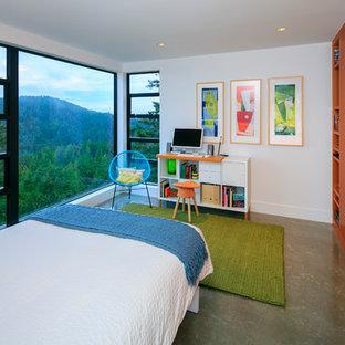 Modern inredning av ett mellanstort pojkrum kombinerat med sovrum och för 4-10-åringar, med vita väggar och betonggolv