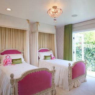Inspiration för klassiska flickrum kombinerat med sovrum och för 4-10-åringar, med heltäckningsmatta, beiget golv och flerfärgade väggar