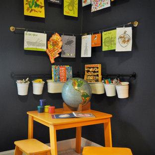 Idée de décoration pour une petit chambre d'enfant de 1 à 3 ans tradition avec un mur noir et moquette.