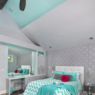 Bild på ett mellanstort vintage barnrum kombinerat med sovrum, med flerfärgade väggar