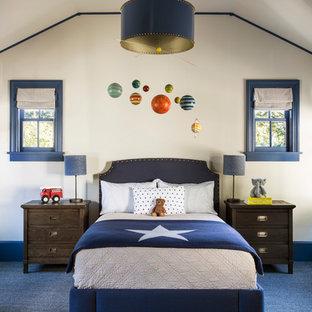 Idée de décoration pour une chambre d'enfant tradition de taille moyenne avec un mur blanc, moquette et un sol bleu.