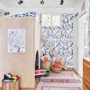 Cette image montre une chambre d'enfant de 4 à 10 ans design avec un mur multicolore, un sol en liège, un sol marron, un plafond en lambris de bois et du papier peint.