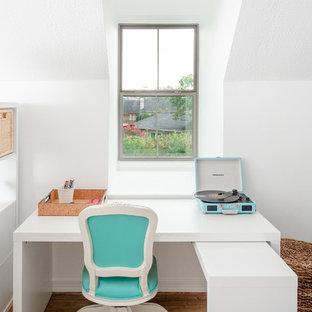 Immagine di una piccola cameretta per bambini classica con pareti bianche e pavimento in vinile