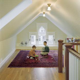 Cette image montre une salle de jeux d'enfant victorienne avec un mur beige et un sol en bois brun.