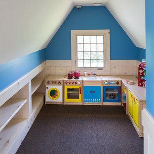 Immagine di una cameretta per bambini da 1 a 3 anni chic di medie dimensioni con pareti bianche e parquet chiaro