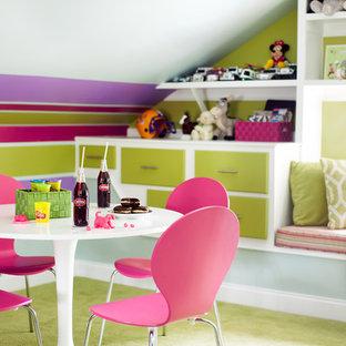 Inredning av ett eklektiskt barnrum kombinerat med lekrum, med grönt golv och heltäckningsmatta