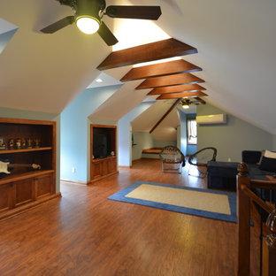 Ispirazione per una grande cameretta per bambini stile rurale con pareti blu e pavimento in legno massello medio
