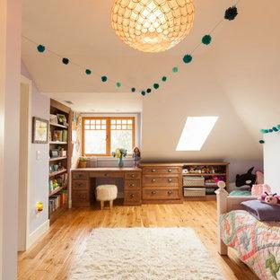 Foto på ett mellanstort vintage flickrum kombinerat med sovrum och för 4-10-åringar, med lila väggar och ljust trägolv