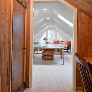 Ispirazione per una cameretta per bambini tradizionale di medie dimensioni con pareti bianche, moquette e pavimento beige