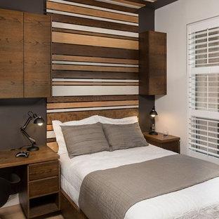 Foto de dormitorio infantil minimalista, de tamaño medio, con paredes multicolor, suelo de madera en tonos medios y suelo marrón