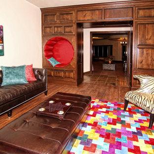 Esempio di una grande cameretta per bambini mediterranea con pareti bianche, parquet scuro e pavimento marrone