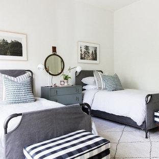 Diseño de dormitorio infantil costero con paredes blancas