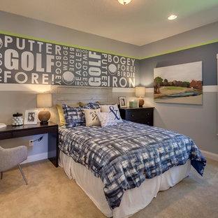 Inspiration för mellanstora klassiska barnrum kombinerat med sovrum, med heltäckningsmatta och grå väggar