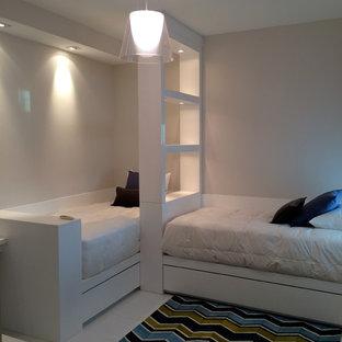 Ispirazione per una cameretta per bambini da 4 a 10 anni moderna di medie dimensioni con pareti bianche, pavimento in marmo e pavimento bianco