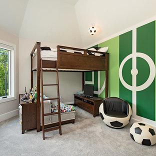 Mittelgroßes Klassisches Kinderzimmer mit Schlafplatz, grüner Wandfarbe, Teppichboden und grauem Boden in Cleveland