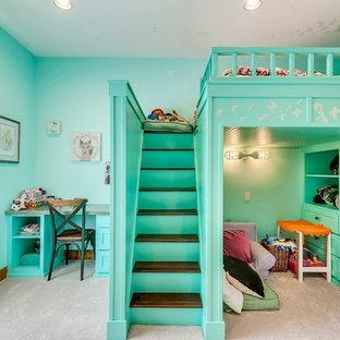Bild på ett mellanstort vintage flickrum kombinerat med sovrum och för 4-10-åringar, med blå väggar, heltäckningsmatta och beiget golv