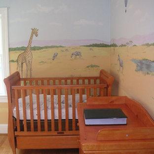 Foto di una cameretta per bambini da 1 a 3 anni classica di medie dimensioni con pareti multicolore e parquet chiaro