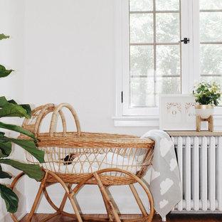 Idee per una cameretta per bambini da 1 a 3 anni shabby-chic style di medie dimensioni con pareti bianche e pavimento in bambù