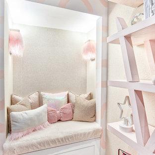 Foto de dormitorio infantil de 1 a 3 años, moderno, de tamaño medio, con paredes rosas, moqueta y suelo blanco