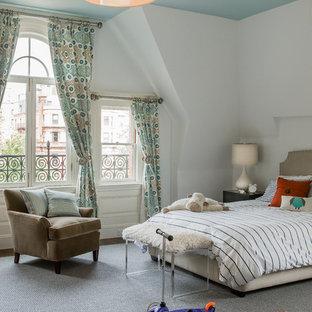 Foto di una grande cameretta per bambini da 4 a 10 anni bohémian con pareti bianche, moquette e pavimento grigio