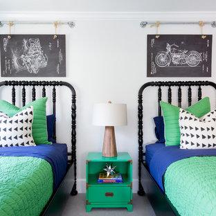 Inspiration pour une chambre d'enfant de 4 à 10 ans traditionnelle avec un mur blanc.