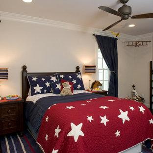 Modelo de dormitorio infantil moderno con paredes beige y suelo de madera oscura