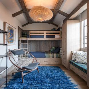 Ispirazione per una grande cameretta per bambini da 4 a 10 anni minimal con pavimento in legno massello medio, pareti bianche, pavimento beige e travi a vista