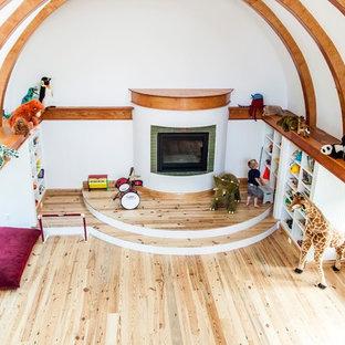 Foto di una cameretta per bambini da 4 a 10 anni american style di medie dimensioni con pareti bianche e parquet chiaro