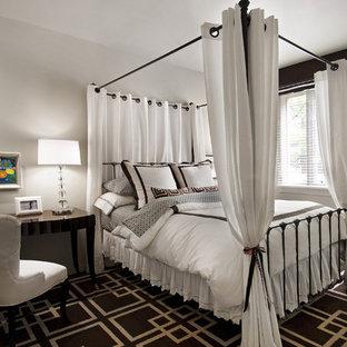 Mittelgroßes Modernes Jugendzimmer mit Schlafplatz, weißer Wandfarbe, dunklem Holzboden und buntem Boden in Detroit