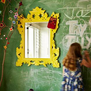 Immagine di una cameretta per bambini da 4 a 10 anni stile americano di medie dimensioni con pareti verdi, pavimento in legno massello medio e pavimento marrone