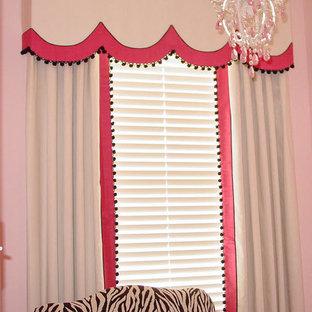 Idéer för ett mellanstort klassiskt barnrum kombinerat med sovrum, med rosa väggar
