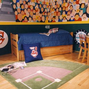Foto di una cameretta per bambini tradizionale di medie dimensioni con pareti multicolore e parquet chiaro