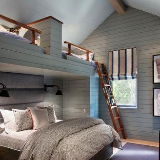 Bild på ett rustikt könsneutralt barnrum kombinerat med sovrum, med grå väggar, mellanmörkt trägolv och brunt golv
