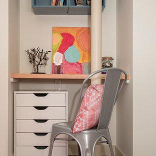 Idéer för ett litet klassiskt barnrum kombinerat med sovrum, med betonggolv, grått golv och beige väggar
