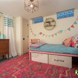 Foto på ett litet vintage barnrum kombinerat med sovrum, med beige väggar, betonggolv och grått golv