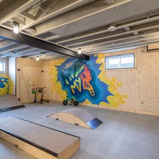 Foto på ett mellanstort industriellt könsneutralt tonårsrum kombinerat med lekrum, med betonggolv