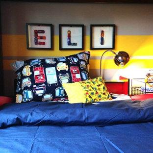 Cette photo montre une chambre d'enfant de 1 à 3 ans tendance de taille moyenne avec un mur gris, un sol en vinyl et un sol marron.