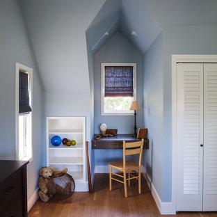 Klassisches Kinderzimmer mit Arbeitsecke, blauer Wandfarbe und braunem Holzboden in San Francisco