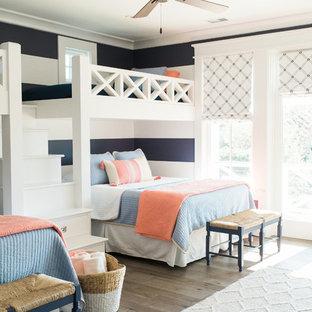 Diseño de dormitorio infantil de 4 a 10 años, costero, con paredes multicolor y suelo de madera en tonos medios