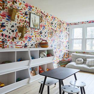 Cette image montre une chambre d'enfant de 4 à 10 ans vintage avec un mur multicolore, un sol en bois clair et un sol beige.