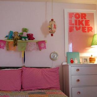 Inspiration för ett eklektiskt flickrum kombinerat med sovrum och för 4-10-åringar, med vita väggar