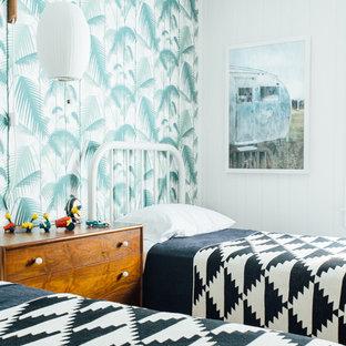 Ispirazione per una cameretta per bambini stile marino con pareti bianche