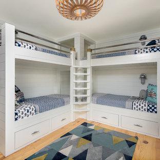 Foto de dormitorio infantil de 4 a 10 años, marinero, con paredes blancas, suelo de madera clara y suelo beige