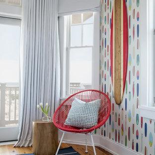Immagine di un'ampia cameretta per bambini da 4 a 10 anni costiera con pareti bianche e pavimento in legno massello medio