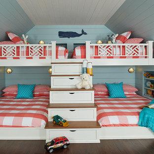 Inspiration för mellanstora maritima könsneutrala barnrum kombinerat med sovrum och för 4-10-åringar, med blå väggar, mörkt trägolv och brunt golv
