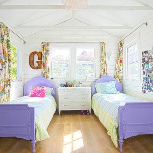 Foto de dormitorio infantil marinero con paredes blancas y suelo de madera clara
