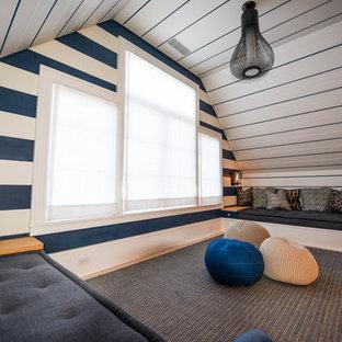 Ejemplo de dormitorio infantil costero, pequeño, con paredes azules, suelo gris y moqueta